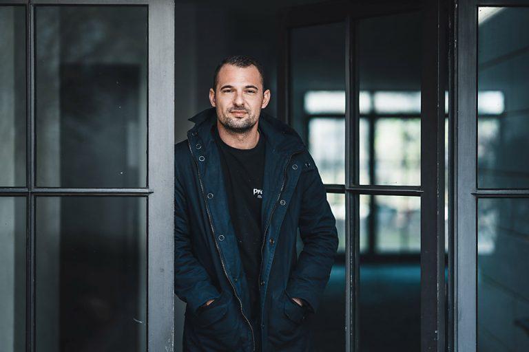 Toni Pravdic, hier auf dem Bild ersichtlich, ist Inhaber und Visionär hinter Pravdic Malerservice - Ihrem Malerbetrieb aus Mühlheim am Main - für Maler- und Lackierarbeiten von Offenbach bis Hanau