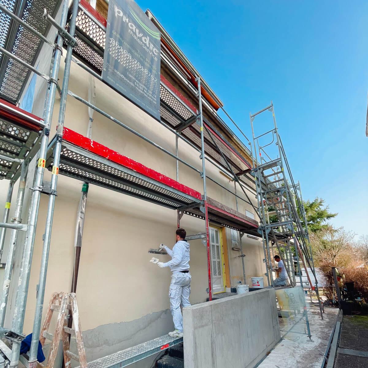 Das Team von Pravdic Malerservice aus Mühlheim am Main bei einer Fassadenrenovierung.